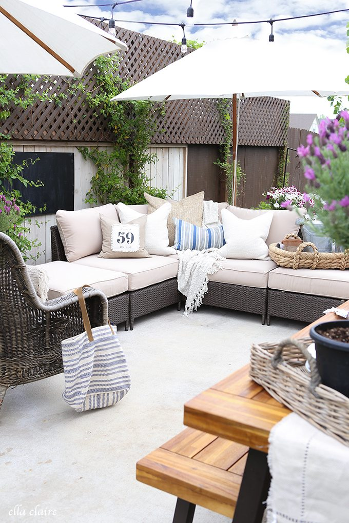 14 Outdoor Pillow Fabrics and Combinations by @CraftivityD -- photo from Ella Claire