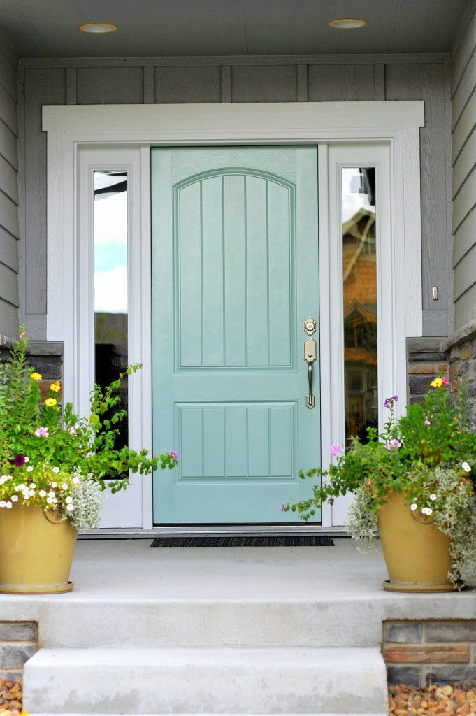 Grey exterior with sea blue door idea