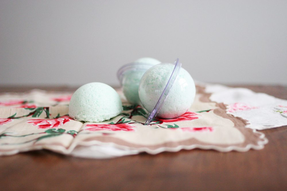 Gift Idea for Her! Make DIY Bath Bombs and wrap them in beautiful vintage linens. Get the tutorial by @CraftivityD