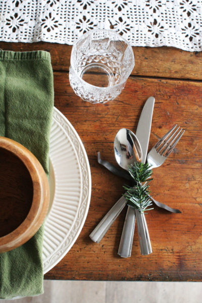 A Rustic Christmas Table (+ Easy Christmas Centerpiece)